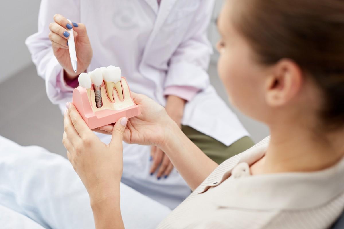 3 aspecte de care trebuie sa tii cont cand alegi implanturile dentare